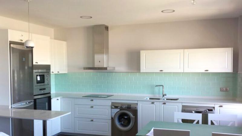 Cocina blanco estilo cl sico muebles gasc n muebles for Frentes de muebles de cocina