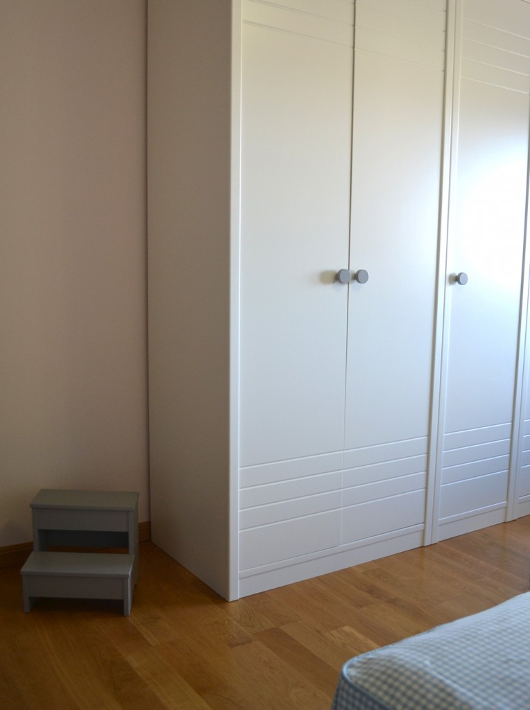 Una habitaci n infantil acogedora muebles gasc n el blog - Armarios lacados en blanco ...