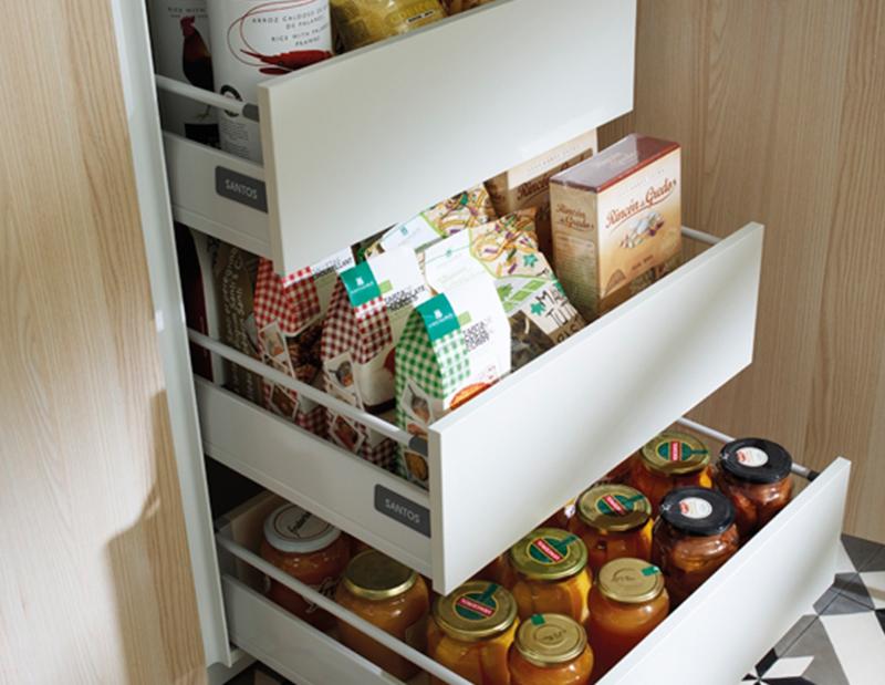 Cocinas alargadas good cocina pequea en blanco abierta al for Colgar utensilios de cocina