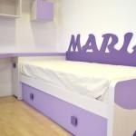 Cama nido, escritorio y estanterías en tonos morados y blancos Muebles Gascón.