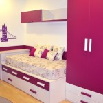 Dormitorio moderno London de chica en tonos berenjena.