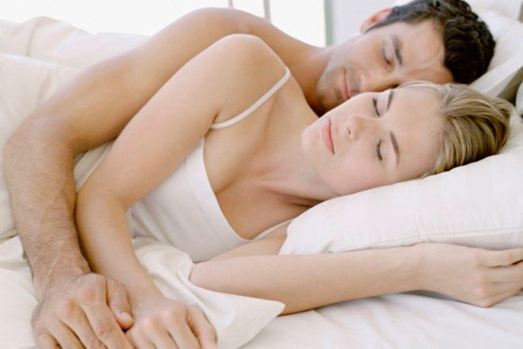 pareja-dormir colchón