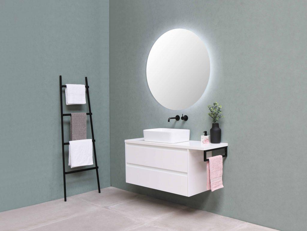 baño con colores claros